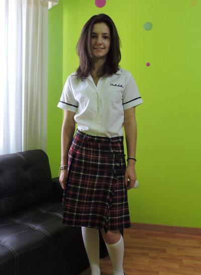 Elise en tenue scolaire obligatoire